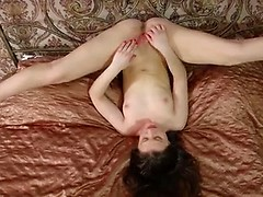 Flexible newcomer pleasures her tight twat